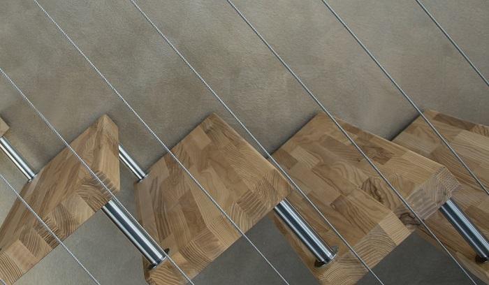 Schody do malého priestoru z dreva